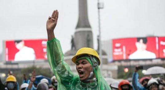 نخست وزیر تایلند همزمان با فشار معترضان، خواستار مداخله مجلس شد